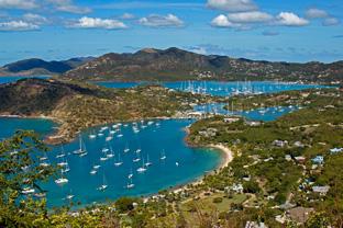 Louer un catamaran avec skipper et faire une escale Antigua English Harbour