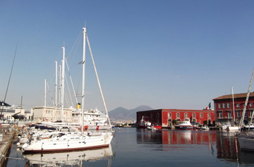 Marina Darsena Acton Naples Depart catamaran avec Skipper
