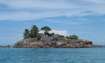 Navigation en catamaran le long de Little Island aux Seychelles