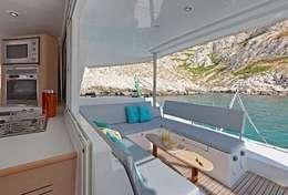 Pause rafraîchissement sous le bimini du catamaran
