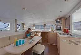 Jeune femme en catamaran