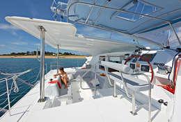 Bain de soleil sur le catamaran Lagoon 421