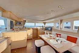 Intérieur très cosy du catamaran Lagoon 450