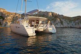 Catamaran au mouillage sur la Côte d'Azur