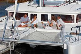 Discussion entre amis à l'avant du catamaran