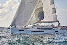 Voilier Sun Odyssey 490 sous voile dans les Cyclades