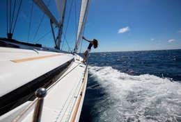 Femme sur voilier Sun Odyssey 469