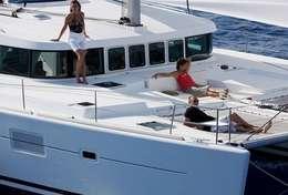 Bain de soleil à bord  du catamaran Lagoon 500 en Sicile