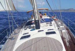 Détente à bord du voilier en croisière à la cabine