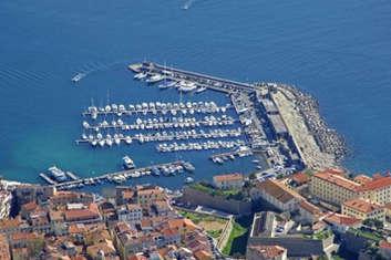 Port Tino Rossi base d'embarquement à Ajaccio pour une croisière en voilier